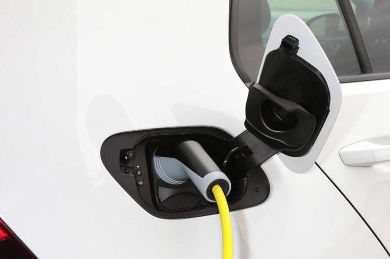 2017 Volkswagen e-Golf fast charging